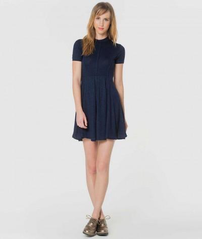 Kulatý výstřih šaty